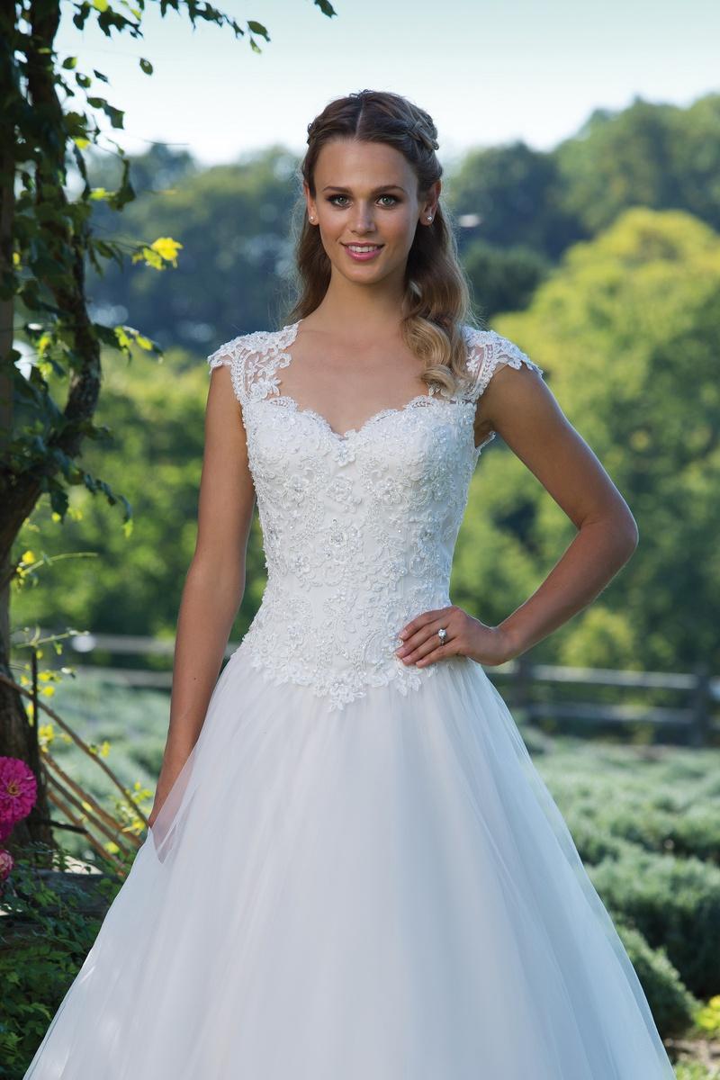 Fehér Rózsa Menyasszonyi Ruha Szalon - SzombathelyFehér Rózsa Szalon ... 75d2cebebb